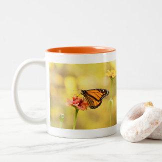 Caneca De Café Em Dois Tons Borboleta de monarca no Zinnia