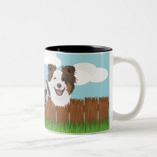Caneca De Café Em Dois Tons Cães afortunados da ilustração em uma cerca de