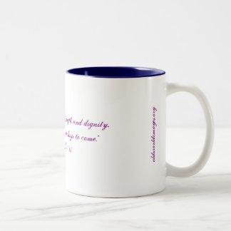 """Caneca De Café Em Dois Tons """"Café fêmea da força & da dignidade""""/caneca do chá"""