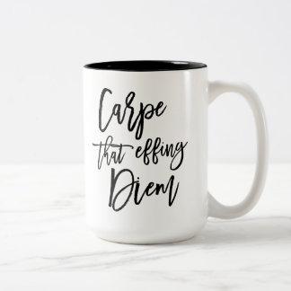 Caneca De Café Em Dois Tons Carpe que a escova de Effing Diem rotulou citações
