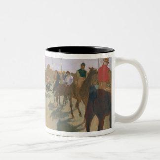 Caneca De Café Em Dois Tons Cavalos de raça de Edgar Degas | na frente dos