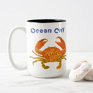 Caneca De Café Em Dois Tons Cidade do oceano, Maryland, caranguejo do pop
