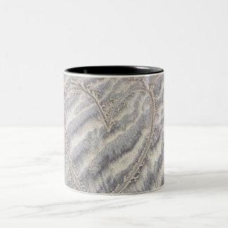 Caneca De Café Em Dois Tons Coração na areia, desenho rústico textured da