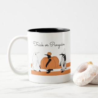 Caneca De Café Em Dois Tons Costume animal do Dia das Bruxas do pinguim