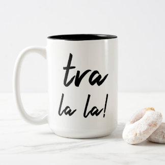 """Caneca De Café Em Dois Tons De """"la do la Tra!"""" Declaração: Tipografia moderna"""