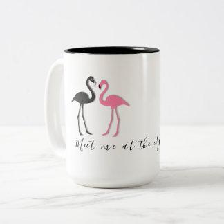 Caneca De Café Em Dois Tons Dizer da praia do casal do flamingo encontra-me
