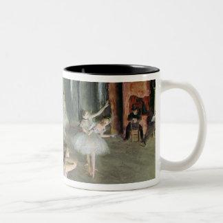 Caneca De Café Em Dois Tons Edgar Degas | o ensaio do balé no palco
