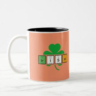 Caneca De Café Em Dois Tons Elemento químico Zz37b do cloverleaf irlandês
