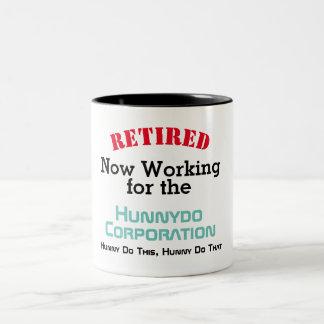Caneca De Café Em Dois Tons Engraçados aposentados - trabalhando para o esposo