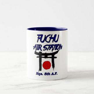 Caneca De Café Em Dois Tons estação aérea japão do fuchu