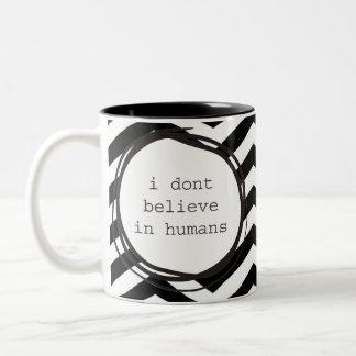 Caneca De Café Em Dois Tons Eu não acredito nos seres humanos