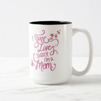 Caneca De Café Em Dois Tons Eu salvar vidas diariamente que eu sou uma mamã.