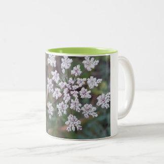 Caneca De Café Em Dois Tons flor branca bonita