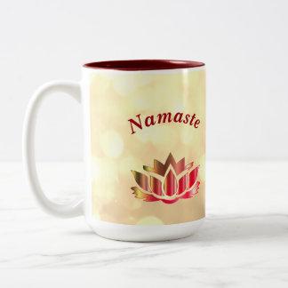 Caneca De Café Em Dois Tons Flor de Namaste Lotus da faísca do vermelho e do