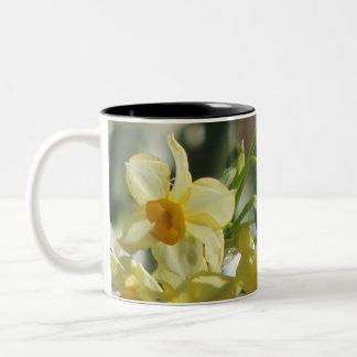 Caneca De Café Em Dois Tons Flores amarelas brancas
