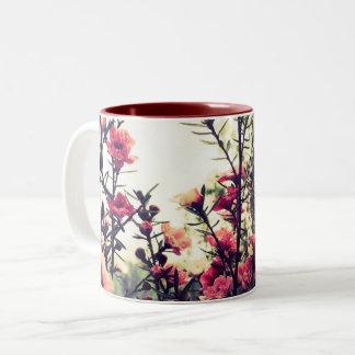 Caneca De Café Em Dois Tons Flores cor-de-rosa delicadas