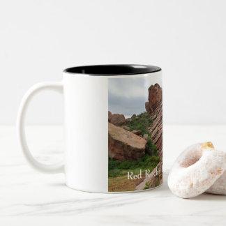 Caneca De Café Em Dois Tons Formações e escalas de rocha que cercam rochas