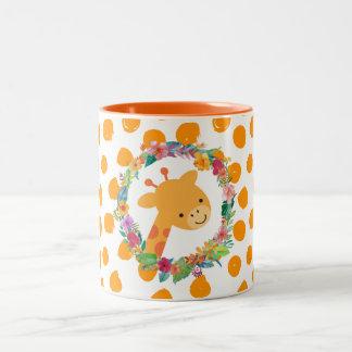Caneca De Café Em Dois Tons Girafa bonito com uma grinalda floral da aguarela