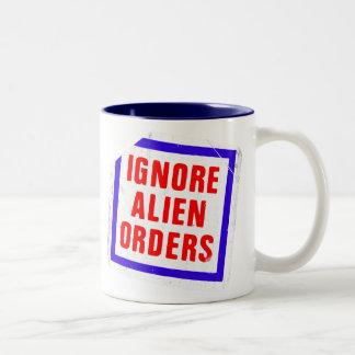 Caneca De Café Em Dois Tons Ignore as ordens estrangeiras. Etiqueta da frase