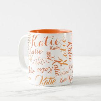 Caneca De Café Em Dois Tons laranja moderna nos nomes escritos à mão brancos