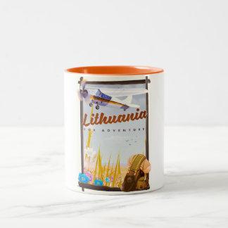 Caneca De Café Em Dois Tons lithuania - para um poster de viagens da aventura