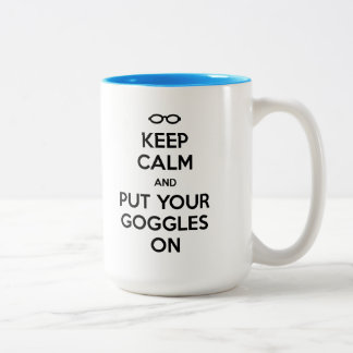 Caneca De Café Em Dois Tons Mantenha a calma e pnha seus óculos de proteção