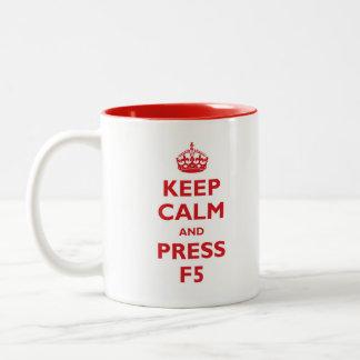 Caneca De Café Em Dois Tons Mantenha calmo e pressione F5