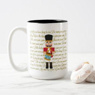 Caneca De Café Em Dois Tons Menino pequeno do baterista do Natal do ouro