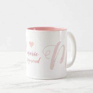 Caneca De Café Em Dois Tons Monograma da letra de M no amor cor-de-rosa
