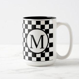 Caneca De Café Em Dois Tons Monograma simples com tabuleiro de damas preto