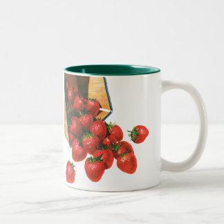 Caneca De Café Em Dois Tons Morangos na cesta, bagas do vintage da fruta da