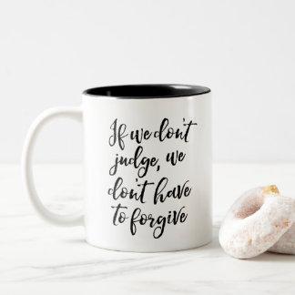 Caneca De Café Em Dois Tons Não julgue a gratitude da motivação da melhoria do