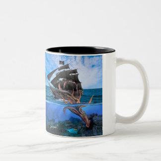 Caneca De Café Em Dois Tons Navio de pirata contra o calamar gigante