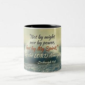 Caneca De Café Em Dois Tons O 4:6 de Zechariah pôde não perto nem pelo poder,