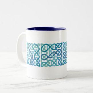 Caneca De Café Em Dois Tons O céltico escocês quadrado azul ata o painel