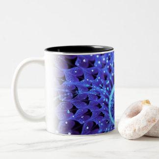 Caneca De Café Em Dois Tons O coração do inverno, uma dália Roxo-Azul do