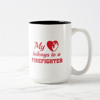 Caneca De Café Em Dois Tons O coração pertence sapador-bombeiro