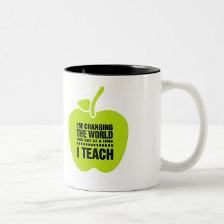 Caneca De Café Em Dois Tons O presente conhecido de ensino das citações |