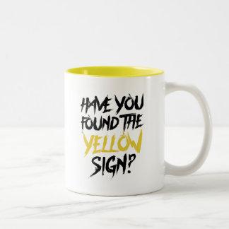 Caneca De Café Em Dois Tons O rei no amarelo manda-o encontrar o sinal amarelo