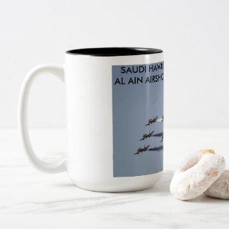 Caneca De Café Em Dois Tons O saudita Hawks a execução em Al Ain Airshow, UAE