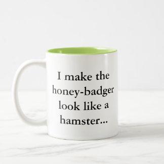 Caneca De Café Em Dois Tons O texugo de mel é um hamster… Humor Sassy do Gamer