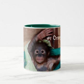 Caneca De Café Em Dois Tons Olá! de ondulação do orangotango bonito do bebê