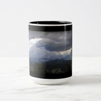 Caneca De Café Em Dois Tons Opinião gigantesca dos minaretes dos lagos