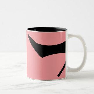 Caneca De Café Em Dois Tons Os calçados pretos cor-de-rosa do salto alto pôr