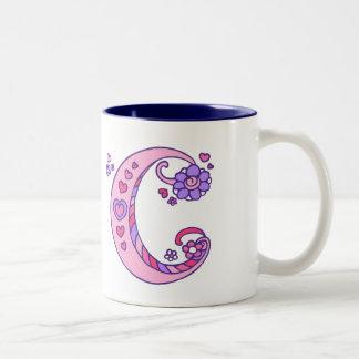 Caneca De Café Em Dois Tons Os corações & as flores decorativos do monograma C