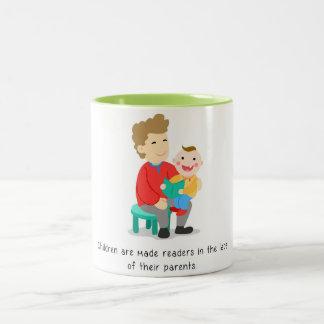 Caneca De Café Em Dois Tons Os pais fazem a suas crianças leitores