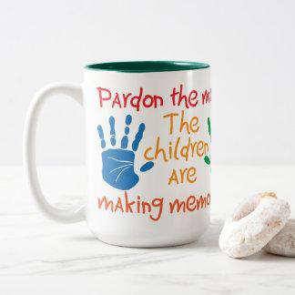 Caneca De Café Em Dois Tons Pardon a confusão que as crianças estão fazendo