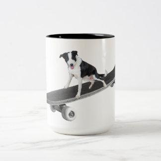 Caneca De Café Em Dois Tons Patinador do filhote de cachorro
