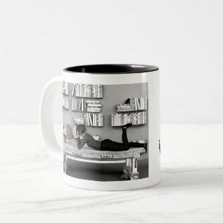 Caneca De Café Em Dois Tons Pequeno rato de bibliothèque (leitor ávido) com