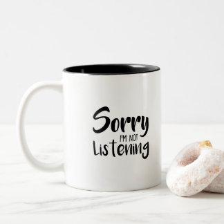 Caneca De Café Em Dois Tons Pesaroso preto e branco eu não estou escutando -